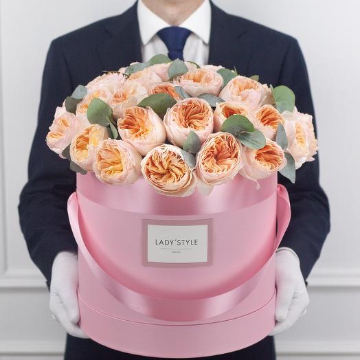 Пионовидные розы Juliet c эвкалиптом в шляпной коробке XL: букеты цветов на заказ Flowwow