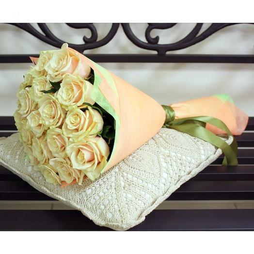 19 кремовых роз в фетре
