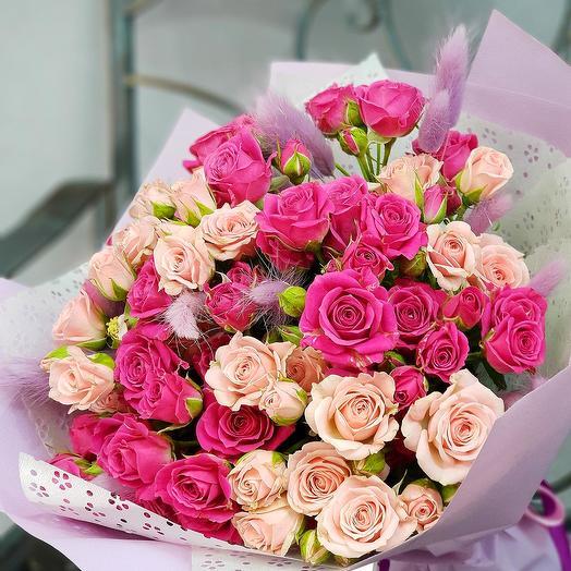 Букет из розовой и малиновой кустовой розы с лагурусом