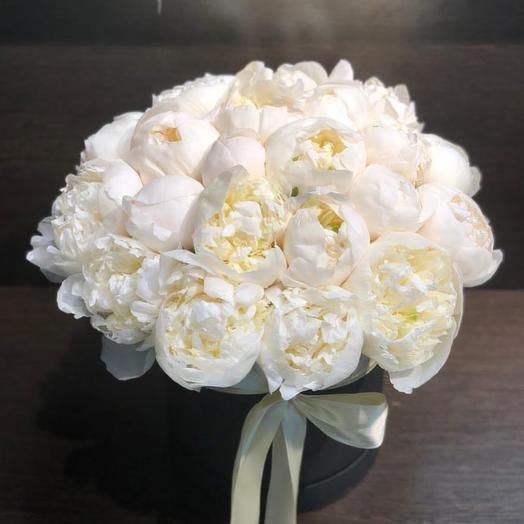 29 белых пионов в шляпной коробке: букеты цветов на заказ Flowwow