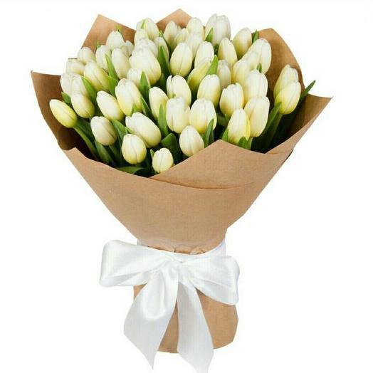 Букет из 25 белых тюльпанов в крафте: букеты цветов на заказ Flowwow