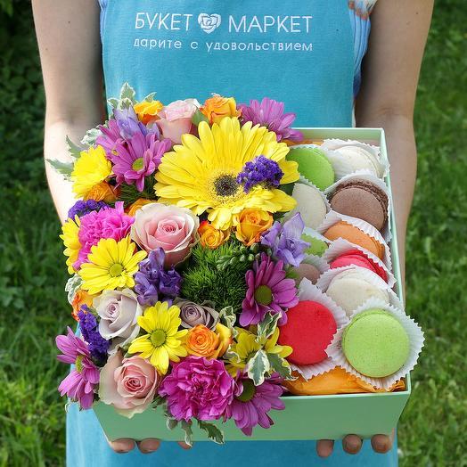 Коробка с макарунами, герберой и розами