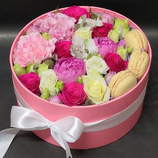 Пионовидные розы и макарони: букеты цветов на заказ Flowwow