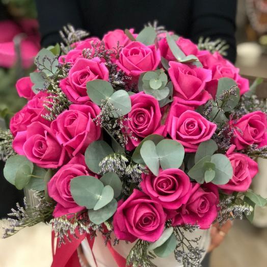 25 розовых роз и эвкалиптом: букеты цветов на заказ Flowwow