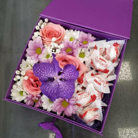 Цветочно-конфетный сюрприз: букеты цветов на заказ Flowwow