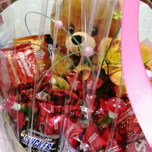 Медведь в корзине сладостей: букеты цветов на заказ Flowwow