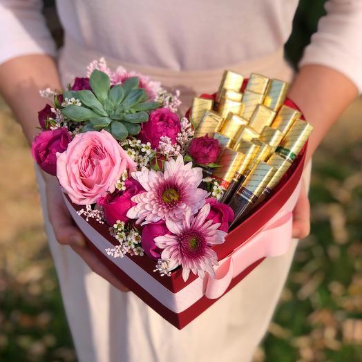 """Цветы в коробке в форме сердца со сладостями """"Трепетная любовь"""""""