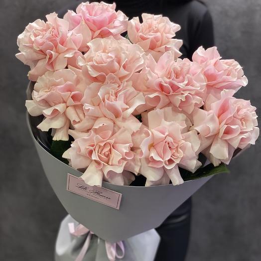 Нежные розовые крупные розы
