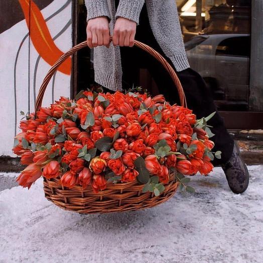 Корзина с пионовидными тюльпанами