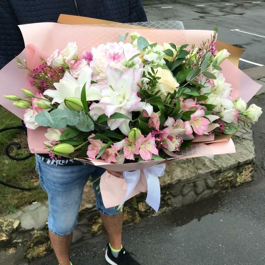 Ароматный букет с лилией,орхидеей и лизиантусом