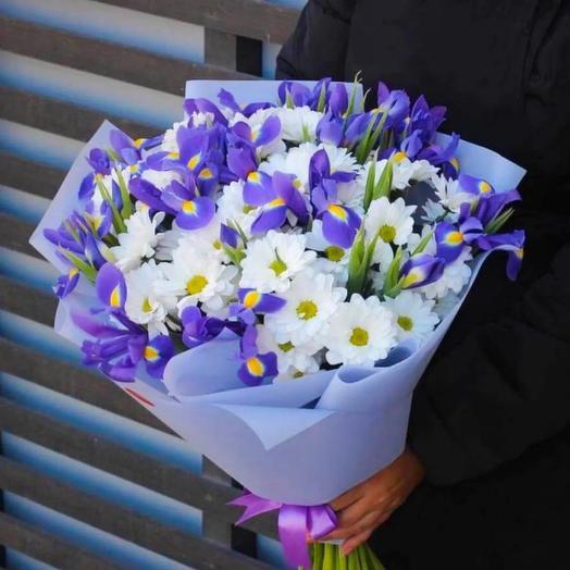 Букет из 5 хризантем и 25 ирисов в стильной упаковке