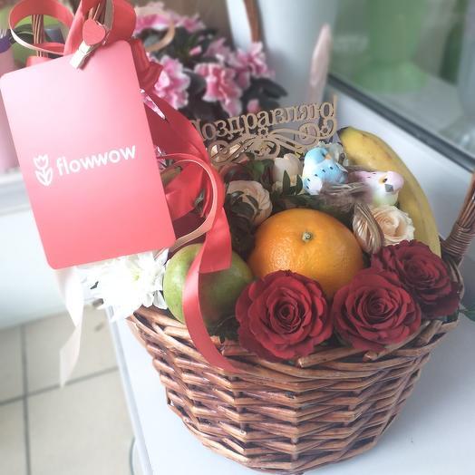 Цветы и фрукты в корзине