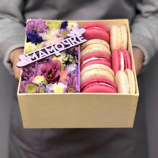 Цветочная коробка с макаронс и топпером