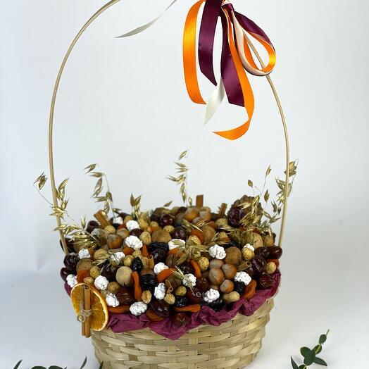 Корзина съедобная из орехов и сухофруктов