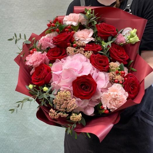 Яркий букет с гортензией и розами