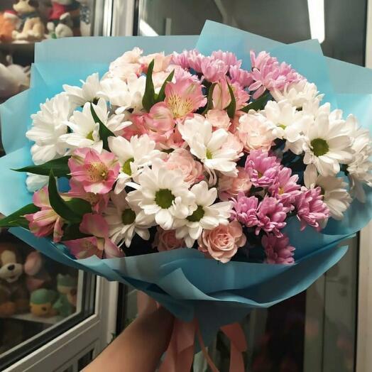 Хризантемы с кустовой розой и альстрой