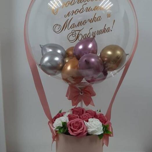 Композиция из мыльных роз и воздушных шаров