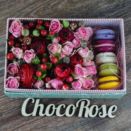 Цветочная коробочка с макаронсами Розы и сладости