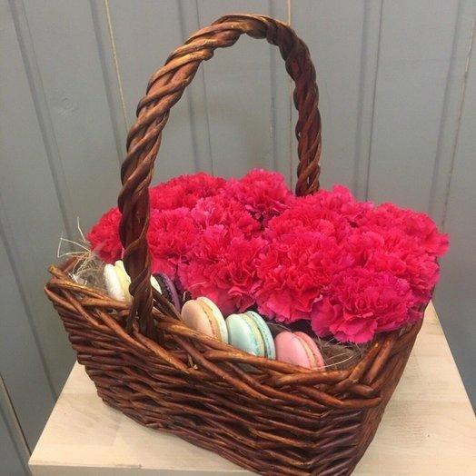 Малиновая корзинка с пирожными Макарон: букеты цветов на заказ Flowwow