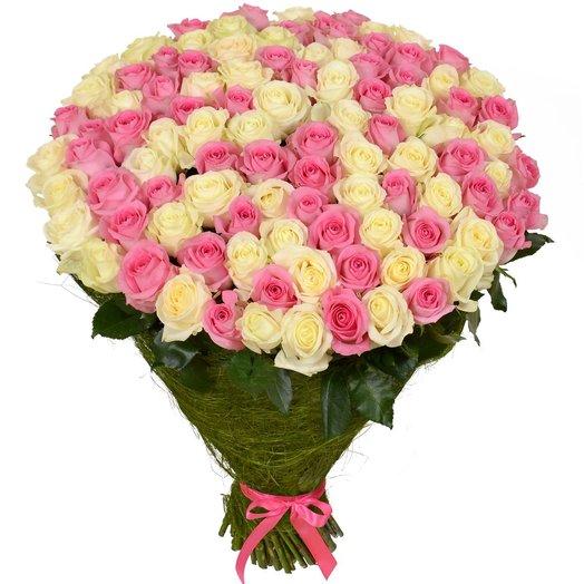 Букет из 101 розовой и белой розы: букеты цветов на заказ Flowwow