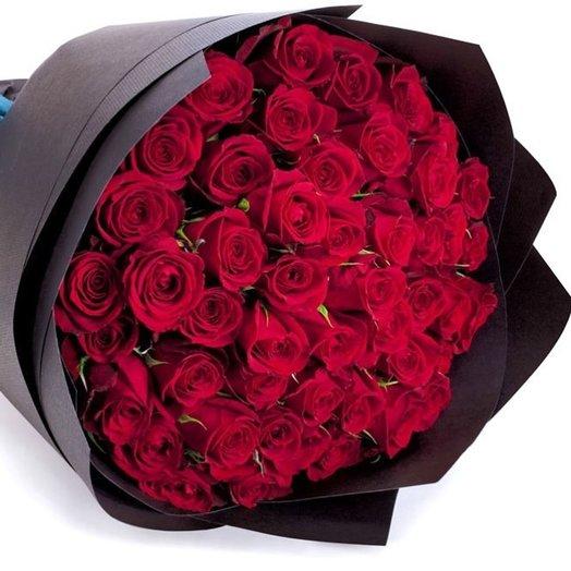 Красные розы в чёрном крафте: букеты цветов на заказ Flowwow