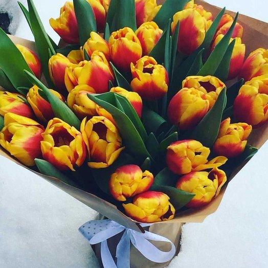 Букет из 35 тюльпан в крафте: букеты цветов на заказ Flowwow