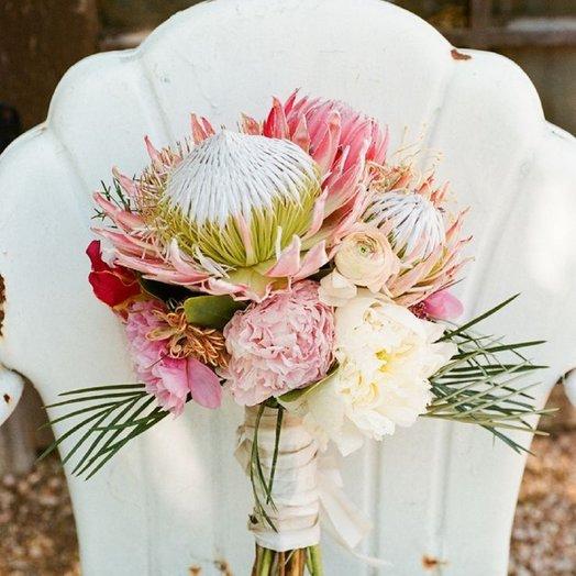 Букет экзотика Протея, ранункулюс, пионы, зелень: букеты цветов на заказ Flowwow