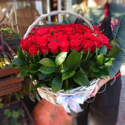 Белая корзина с 51 красной розой: букеты цветов на заказ Flowwow
