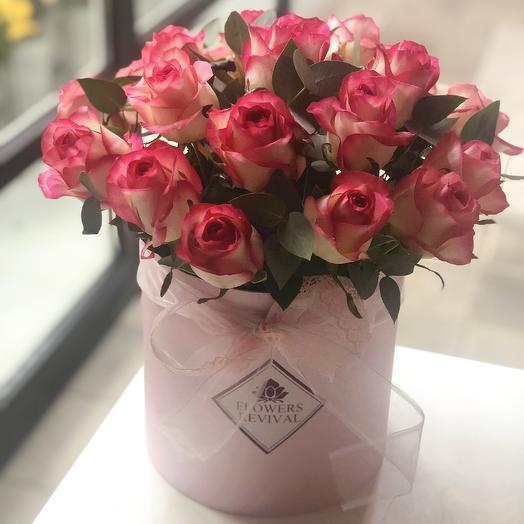 Коробка с 19 розами и эвкалиптом: букеты цветов на заказ Flowwow