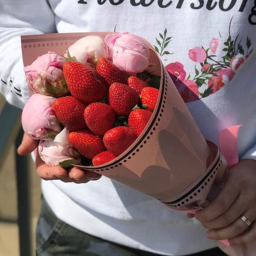 Букет комплимент. Розовые пионы с клубникой. N435: букеты цветов на заказ Flowwow