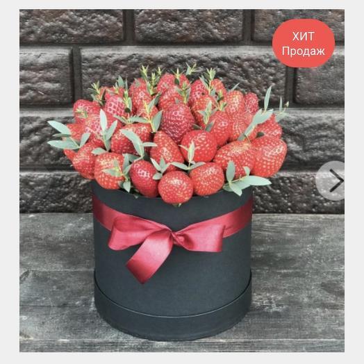 Шляпная Коробка с клубникой: букеты цветов на заказ Flowwow