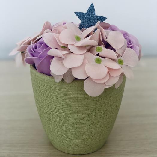 Композиция из мыльных цветов розы и гортензии в кашпо: букеты цветов на заказ Flowwow