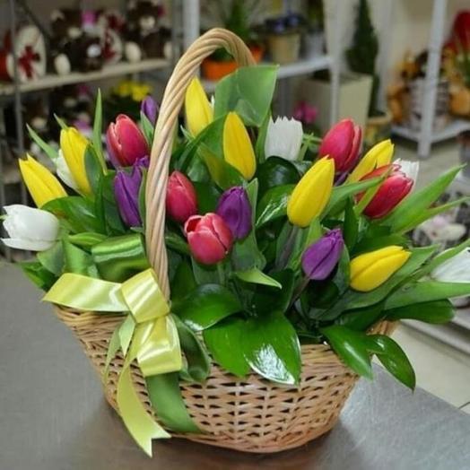 25 тюльпанов с зеленью в корзине ,,Краски жизни: букеты цветов на заказ Flowwow