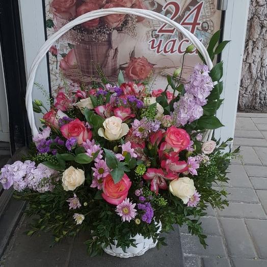 Корзина с свежими цветами