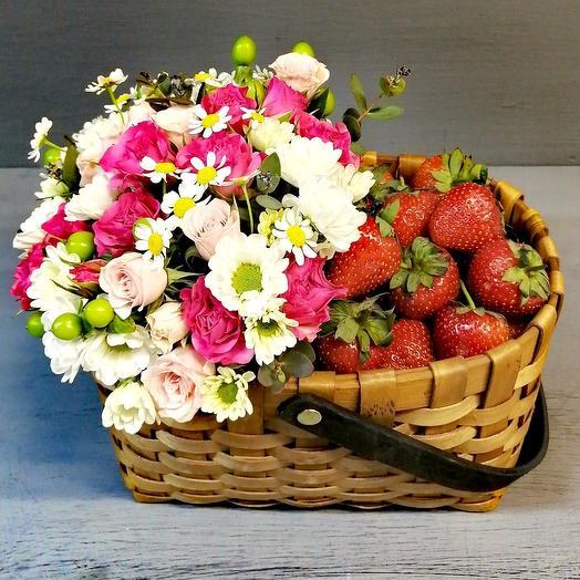 Клубнично- цветочная корзина