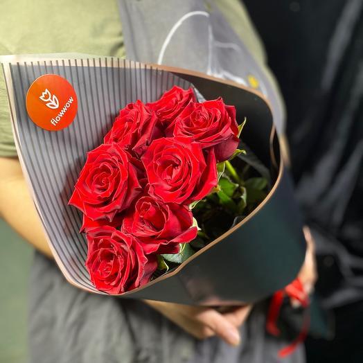 7 красных роз в чёрном крафте