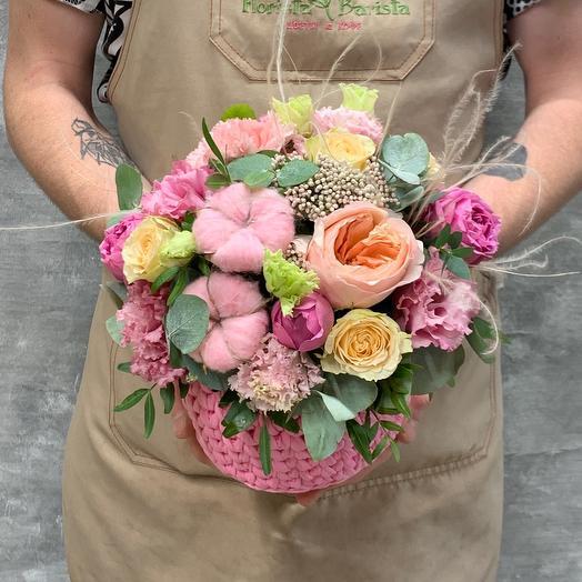 Уютная Композиция в плетёном кашпо с розами, натуральным хлопком и лизиантусом