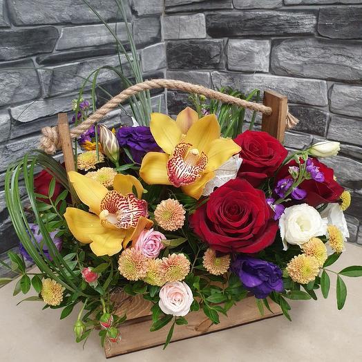 Стильный ящичек со свежими цветами