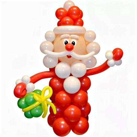 Дед Мороз с подарком из воздушных шаров