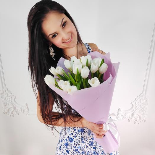 Букет из 19 белых тюльпанов(коробка конфет в подарок, условие в описании)