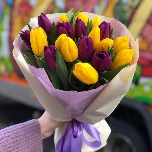 Фиолетовые и желтые тюльпаны