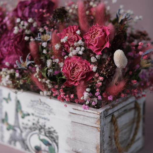 Композиция из засушенных цветов и сухоцветов в ящике