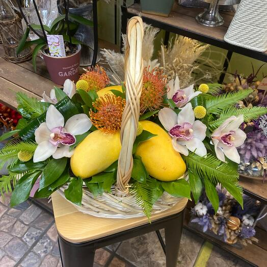 Корзинка с фруктами и цветами Манго