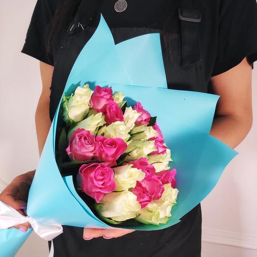 Букет из 25 Малиновых и Белых роз