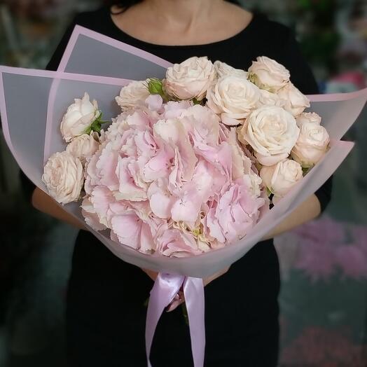 Гортензия и кустовые розы