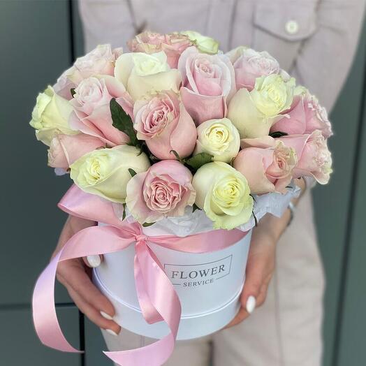 """Коробка с белыми и розовыми розами """"Нежная любовь"""""""