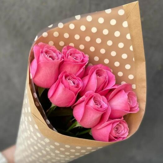 Букет из 7 розовых роз в крафте