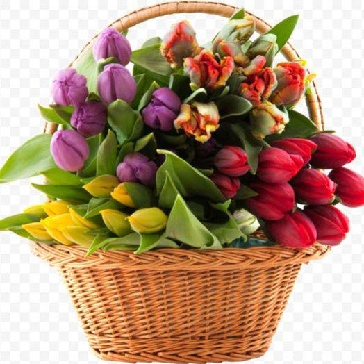 Корзина c тюльпанами
