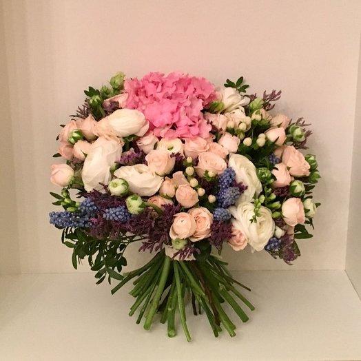 Букет из гортензии кустовых роз ранункулюсов гиперикума лимониума: букеты цветов на заказ Flowwow