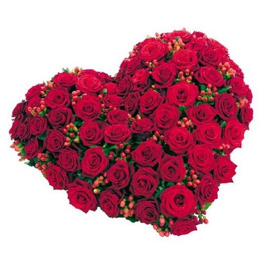 Сердце из 55 роз с гиперикум: букеты цветов на заказ Flowwow